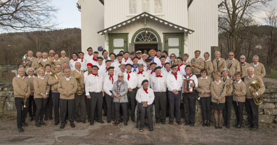 Hermanos sammen med Tveit Veterankorps utenfor Tveit kirke før felles Evert Taube konsert